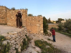 Tournage autour de la synagogue avec notre fixer